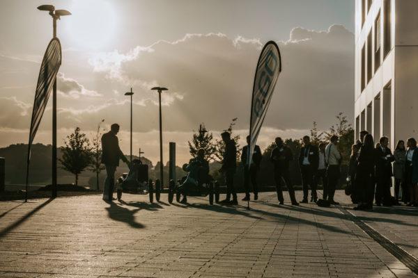 Menschenmenge vor der Business School beim Sonnenuntergang