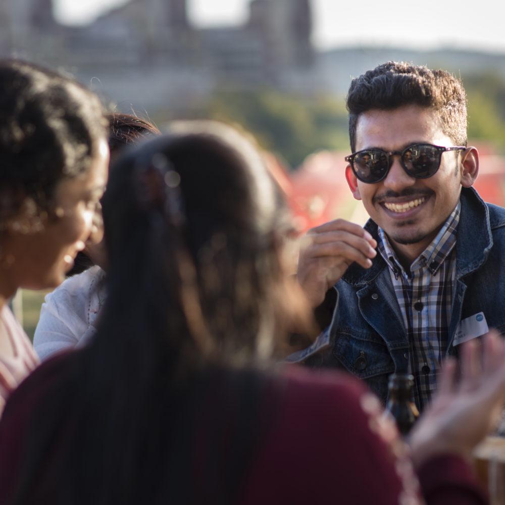 Studierende vor der Business School mit Sonnenbrille zum Barbecue