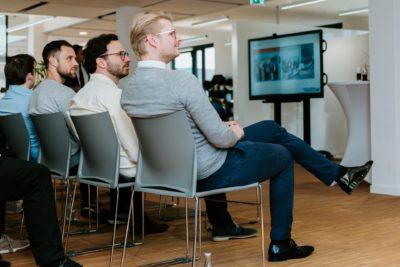 Studierende sitzend in Präsentation