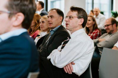 Geschäfsleute der Industrie während Präsentation