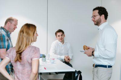 offener Austausch zwischen Teilnehmern in der Pause
