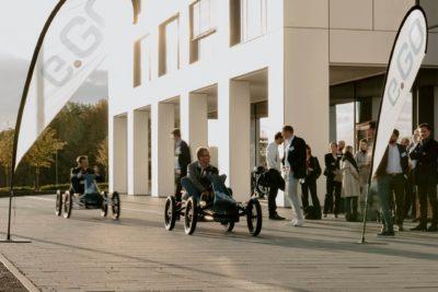e.GO Karts vor dem Gebäude der Business School