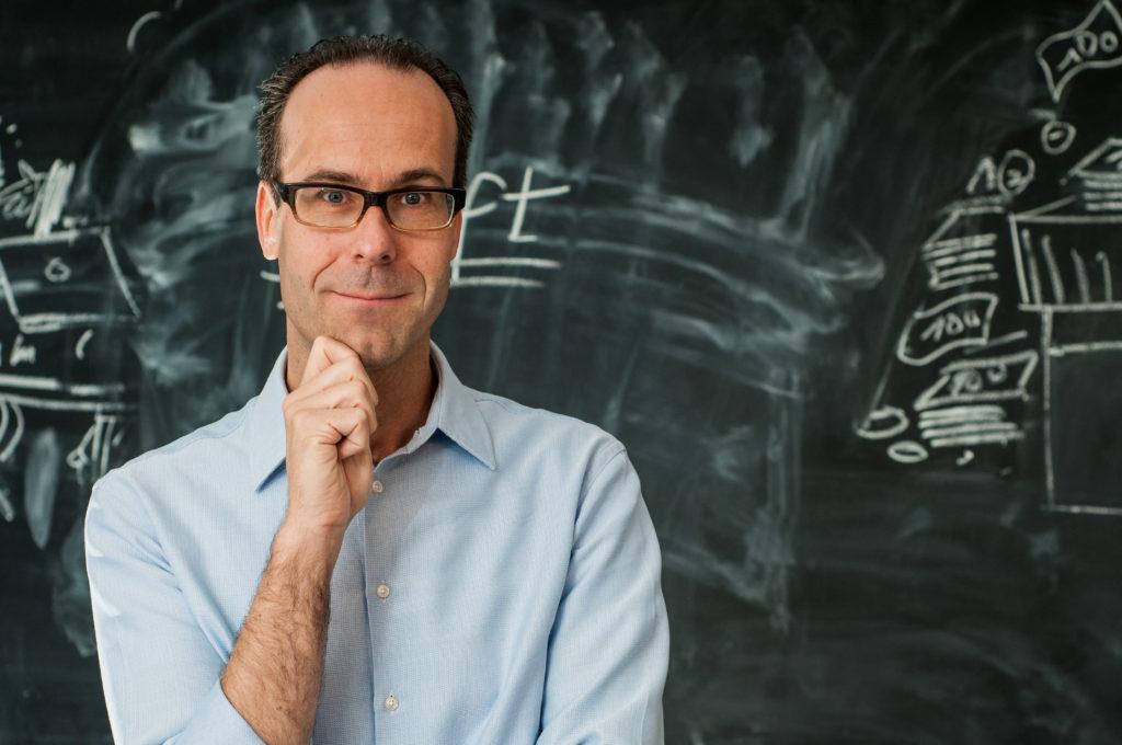 Portrait Prof. Dr. Frank Piller vor Blackboard