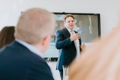 Dr. Helmut Dinger hält Präsentation