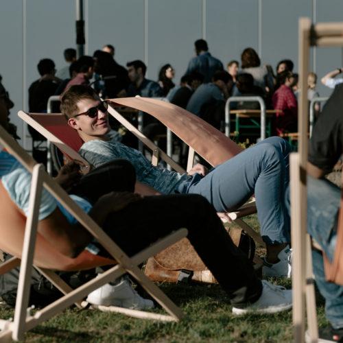 Studierende in Liegestühlen vor der RWTH Business School im Sommer