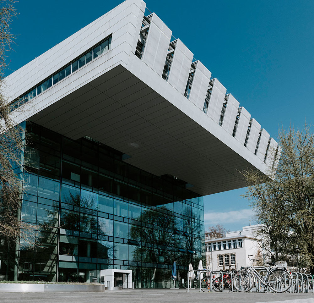 Außenansicht des Super C der RWTH Aachen mit Vorplatz