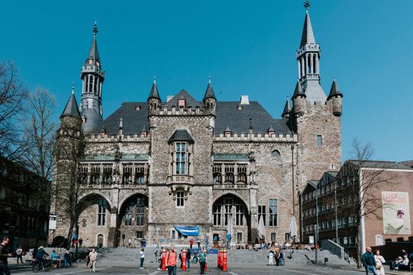 Passanten auf dem Katschhof vor dem Aachener Rathaus