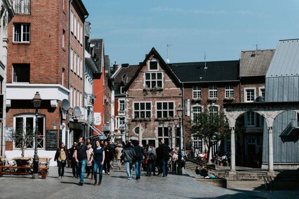 Passanten in der Aachener Innenstadt