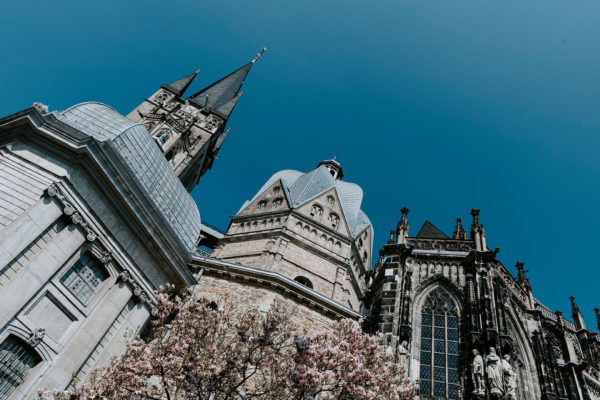 Außenansicht Aachener Dom mit Magnolie