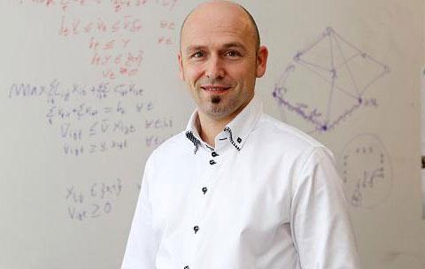 Portrait Prof. Dr. Lübbecke vor Whiteboard