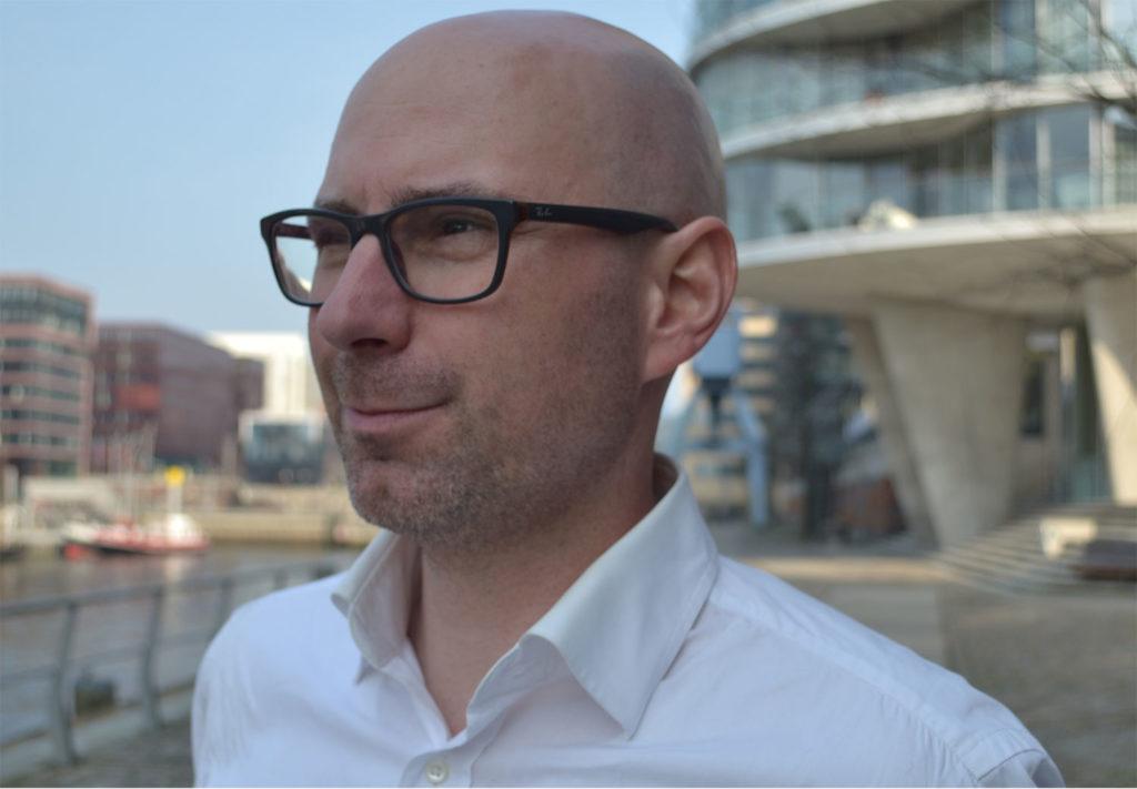 Portrait Prof. Dr. Sven Müller vor Gebäude