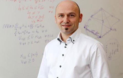 Prof. Dr. Marco Lübbecke vor Tafel