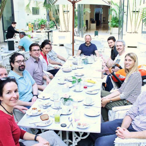 EMBA Teilnehmende am Tisch sitzend beim Essen