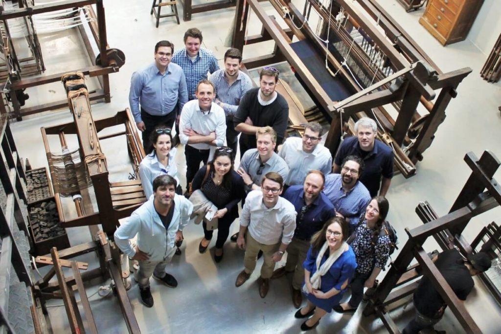 Der 14. Jahrgang des Executive MBA zu Besuch bei AYMA, fotografiert von oben.