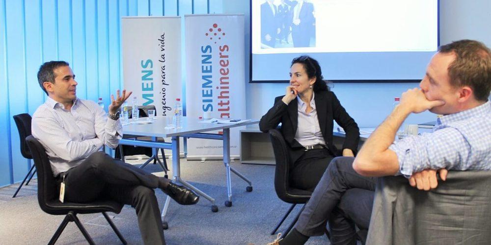 EMBA Teilnehmende bei Siemens sitzend