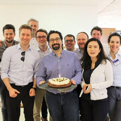EMBA Teilnehmende feiern Geburtstag eines Teilnehmers