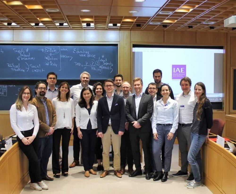 EMBA Teilnehmende im Vorlesungssaal der IAE Business School