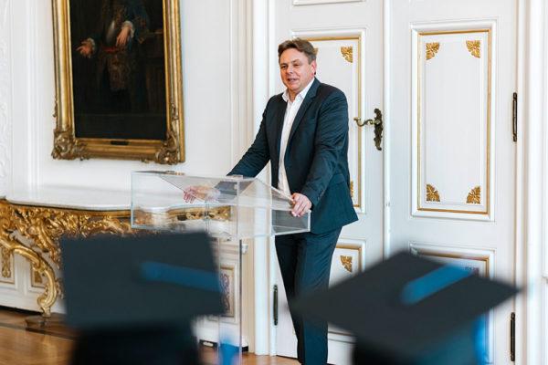 Dr. Dinger hält eine Rede bei der Graduierung des Executive MBA