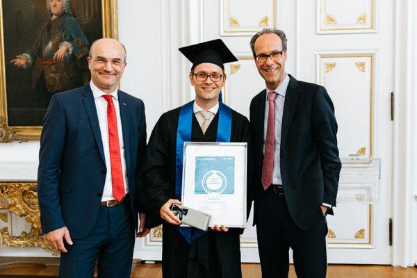 Prof. Rüdiger und Prof. Piller verleihen Daniel Hagemeier die Auszeichnung als Jahrgangsbesten des Executive MBA