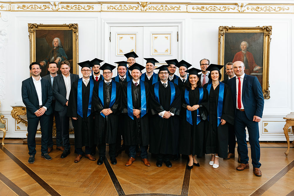 Professoren und Absolventen des Executive MBA der RWTH Aachen im Weißen Saal des Aachener Rathauses