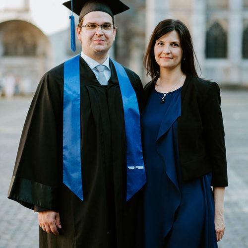 Absolvent des Executive MBA mit Hut und Robe neben seiner Partnerin