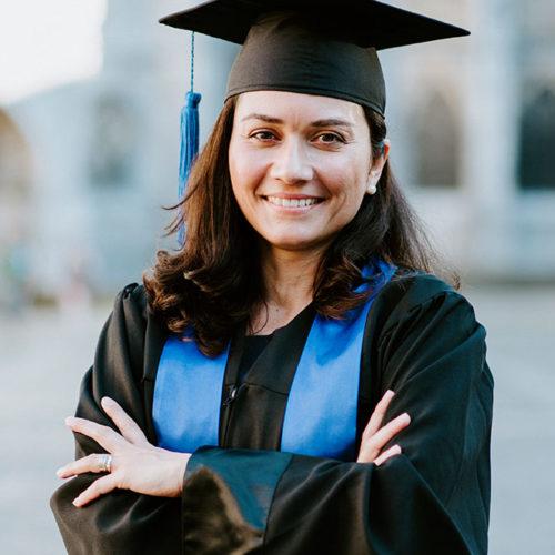 Absolventin des Executive MBA mit Hut und Robe