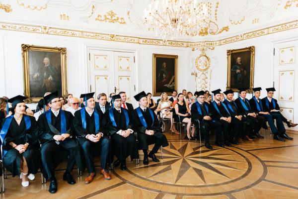 Die Absolventen des Executive MBA und ihre Gäste bei der Verleihung der Zertifikate im Weißen Saal des Aachener Rathauses