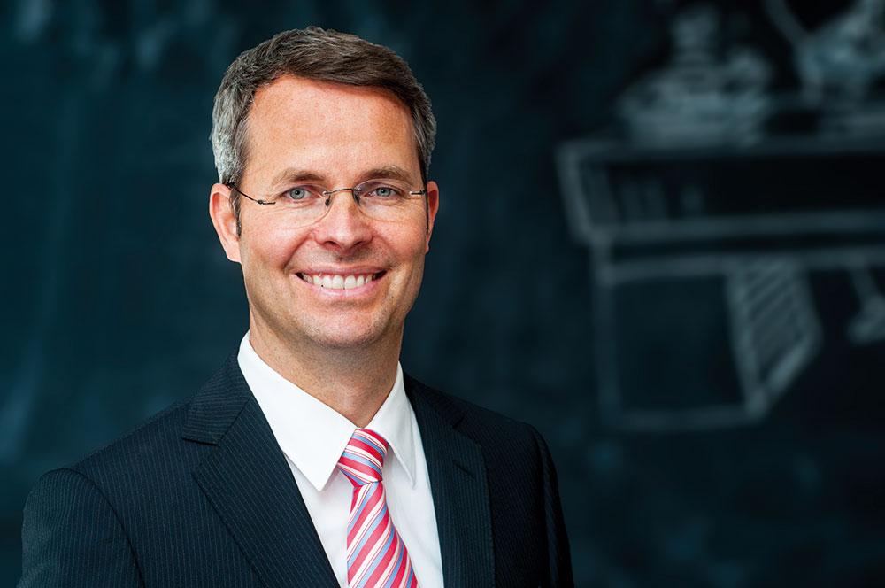 Prof. Malte Brettel im Portrait vor Tafel