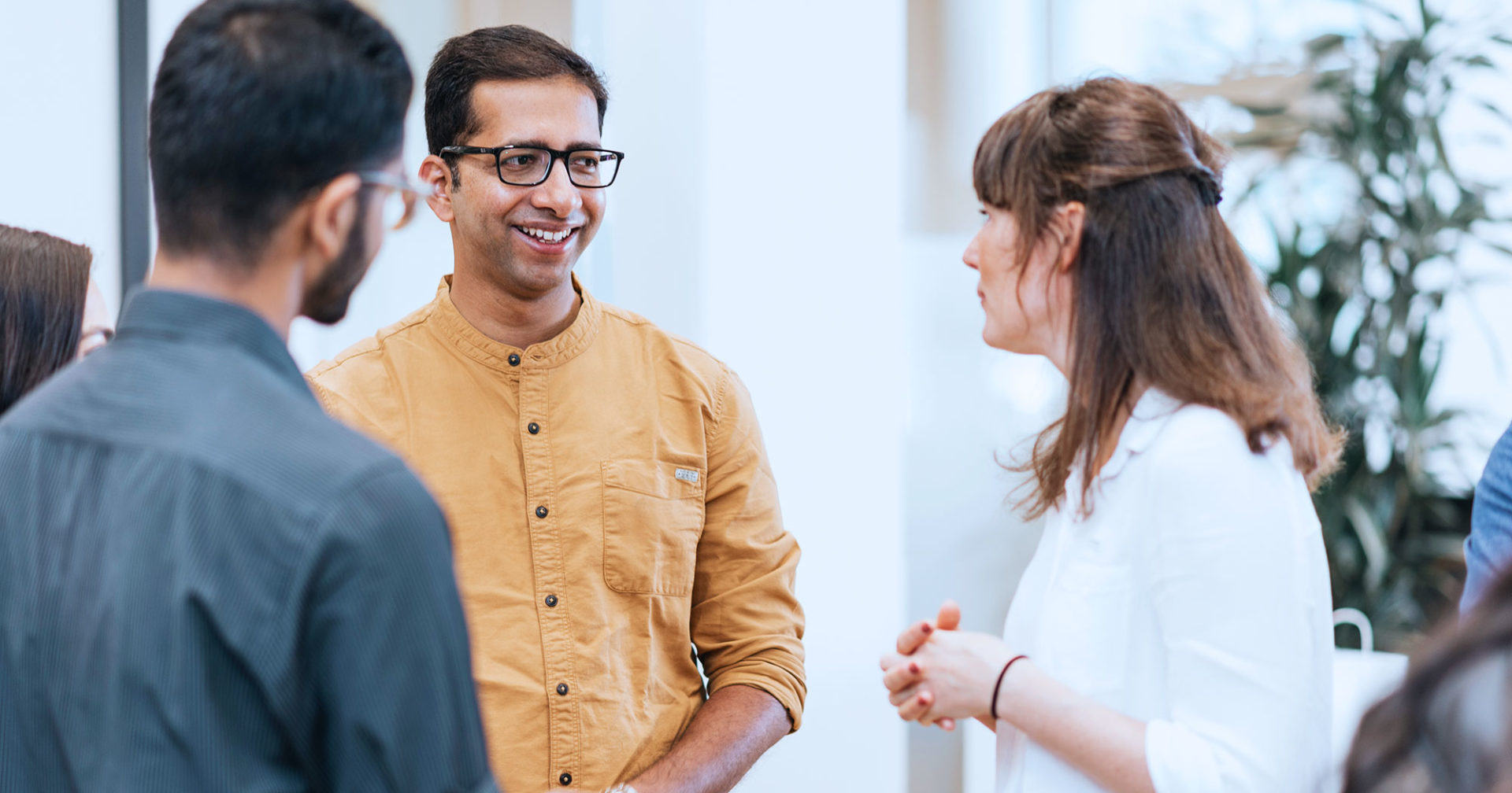 Student with glasses and yellow shirt during Welcome Day talking to study course coordinator