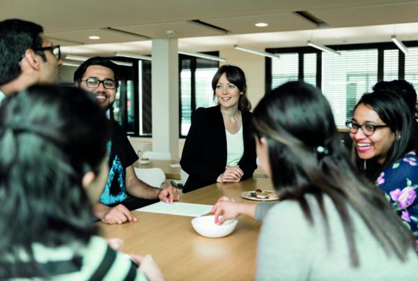 Studiengangskoordinatorin mit Studierenden an der RWTH Business School