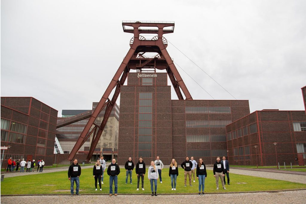 Gruppenfoto mit Abstand der Teilnehmenden des Weiterbildungsprogramms Digital Expert Zollverein